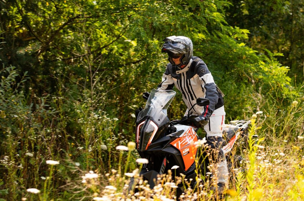 Motorradfahren am Rande des Waldes