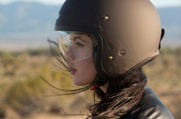 Kurvige Dynamik - Frau Motorradhelm